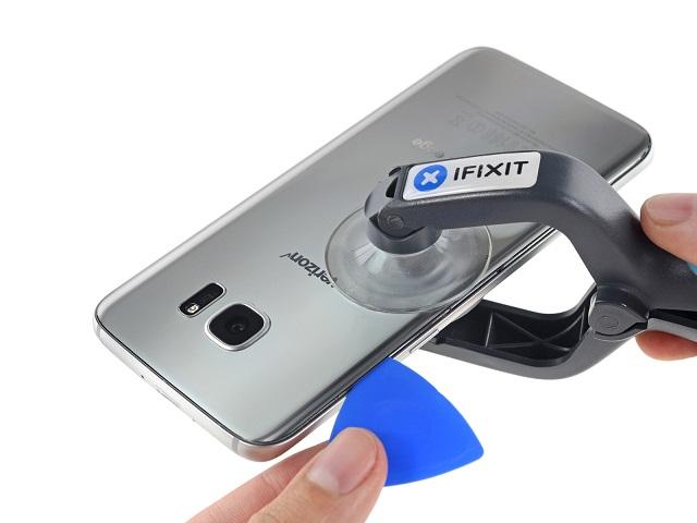 Kiểm tra lại nắp lưng Samsung S7 sau khi thay