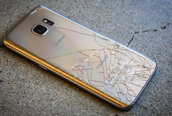 Mặt kính sau Samsung S6 bị nứt vỡ.