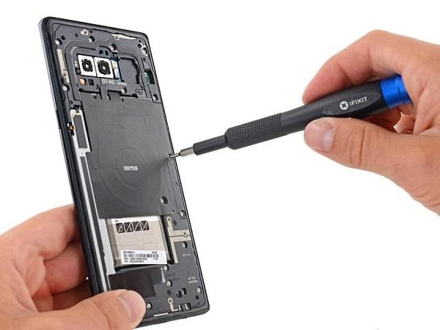 Tiến hành tháo lắp lưng và thay thế màn hình Samsung Note 8