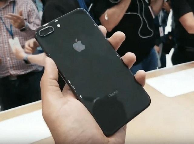 Ép kính lưng iPhone 8 giúp khách hàng tiết kiệm chi phí và thời gian sửa chữa.