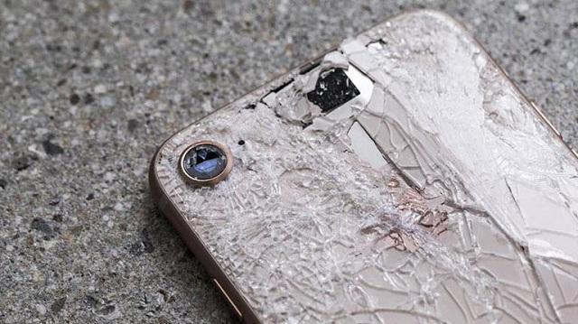 Trường hợp máy bị rơi vỡ mặt kính lưng iPhone 8.