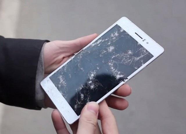 Điện thoại bị vỡ màn hình có thể do nhiều nguyên nhân
