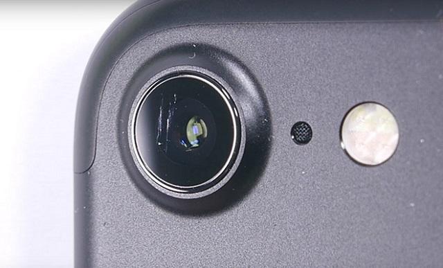 Tình trạng camera nứt vỡ là một trong những nguyên nhân khiến ảnh chụp bị mờ, không rõ nét