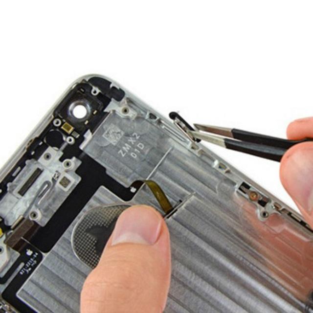 Vệ sinh bụi bẩn hoặc loại bỏ dị vật mắc kẹt trong nút nguồn iPhone