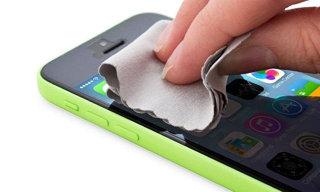 Cần vệ sinh màn hình máy thường xuyên để hạn chế lỗi cảm ứng